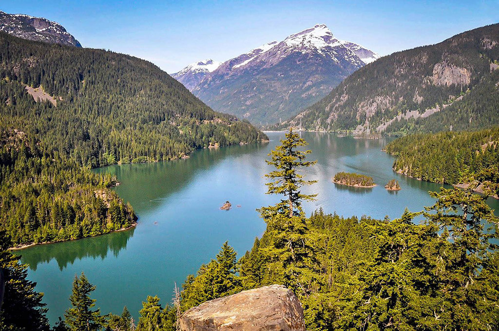 emerald green lake surrounded by mountains